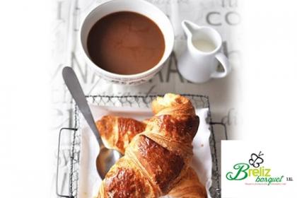 ¡Delicado y Delicioso Desayuno para Mamá! Paga  RD$450 en vez de RD$950 por 1 Croissant artesanal de Queso crema + 1 Pozuelo con Chocolate instantáneo +Tarjetica dedicatoria + Lazo y Envoltura en papel celophane en Breliz Basquet, Desayunos personalizados y Más.