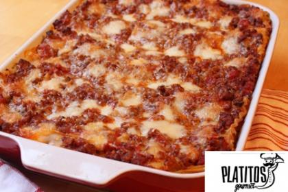 ¡Deliciosa Lasagña para compartir! Paga RD$799 en vez de RD$1,598 por Lasagña de Res y Queso para 10 personas + Delivery en zona metropolitana y zona oriental en Platitos Gourmet.
