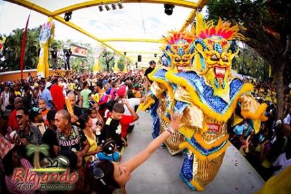 Â¡Carnaval vegano! Paga RD$1,185 en vez de RD$2,370 por Tour al Carnaval con Rlajando Tours y Excursiones.
