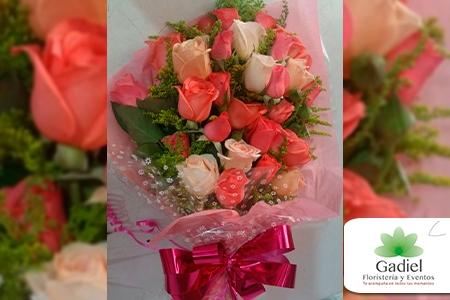 ¡Demuestra tu cariño con rosas! Paga RD$500 en vez de RD$1,000 por Bouquet de 12 Rosas Criollas + Papel Celofán + Papel Tisú + Lazo + Follaje en Gadiel Floristería.