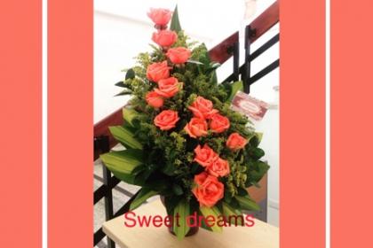 ¡Sorpréndela Con estas Hermosas Rosas! Paga RD$750 en vez de RD$1,500 arreglo de 12 rosas + Base de barro en Sweet Dreams.