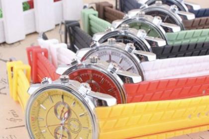Â¡Reloj De Hombre, para que Luzca Elegante y a la Moda! Paga RD$365 en vez de RD$1,090 por Reloj de Hombre Geneva, varios colores a elegir en Yami Accesories.