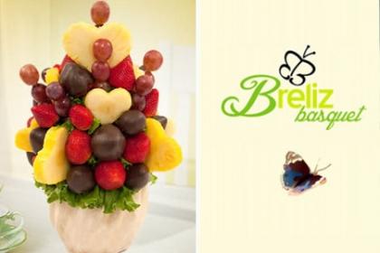 ¡Bouquet de Frutas! Paga RD$850 en vez de RD$1,850 por Arreglo de Frutas con Piña, Uvas Rojas y Fresas Importadas + Pozuelo de cristal + Papel plástico + Celofán + Lazo + Tarjeta en Breliz Basquet.
